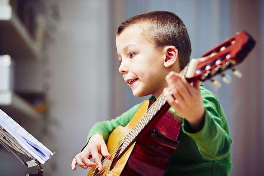 Aiuto! Come faccio ad acquistare la prima chitarra di mio figlio?!